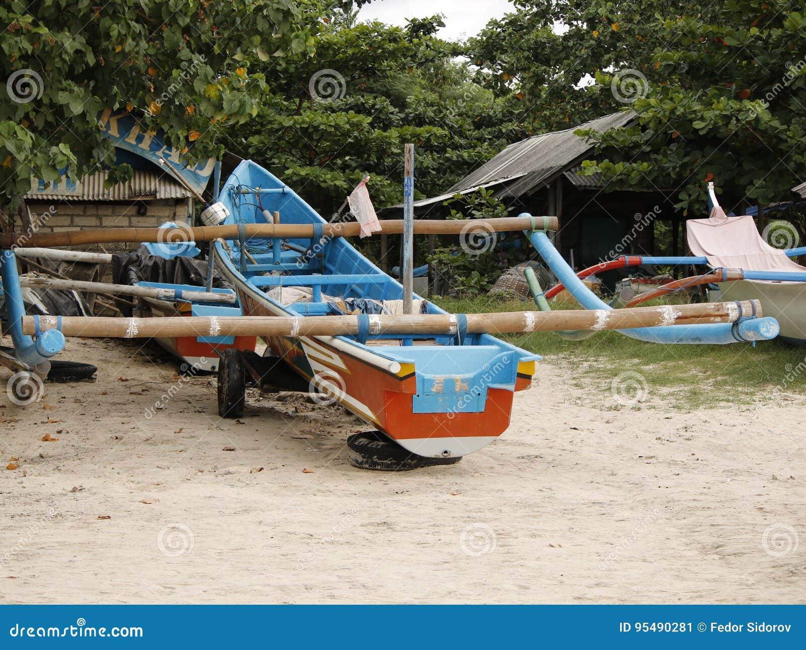 Parkująca trimaran łódź