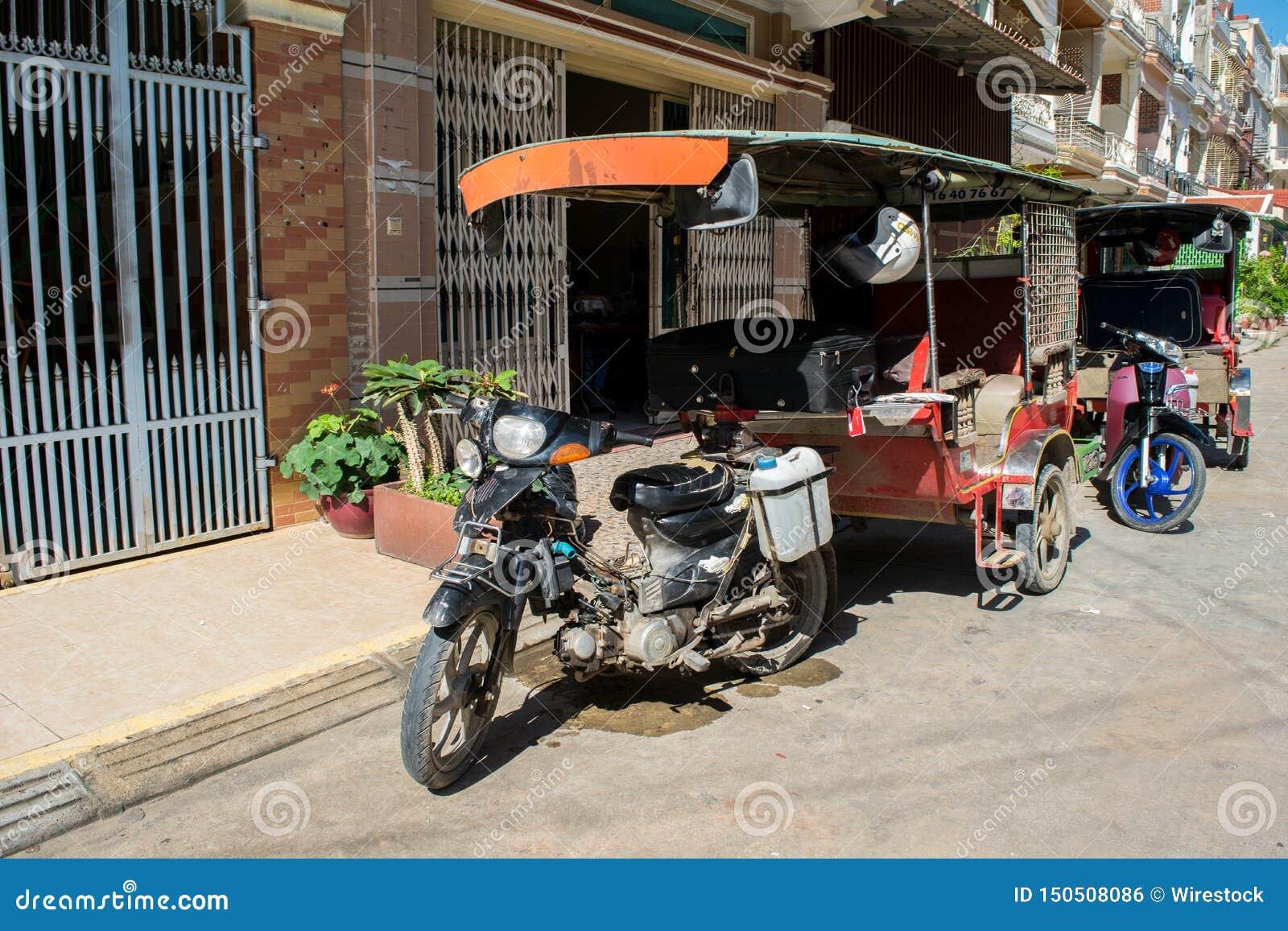 Parkujący tuk-tuks w Phnom Penh Kambodża