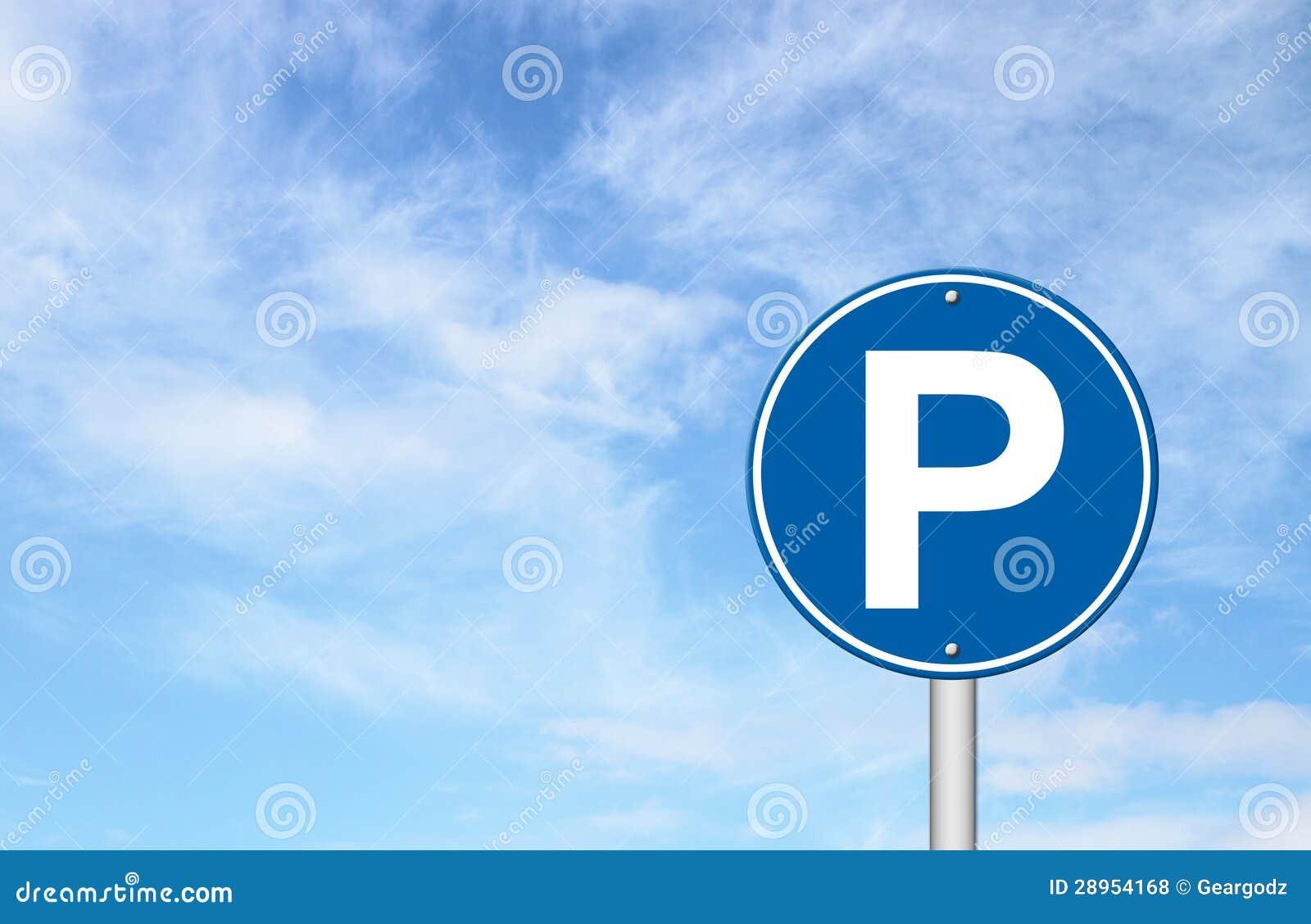 Parkuje znak z niebieskim niebem