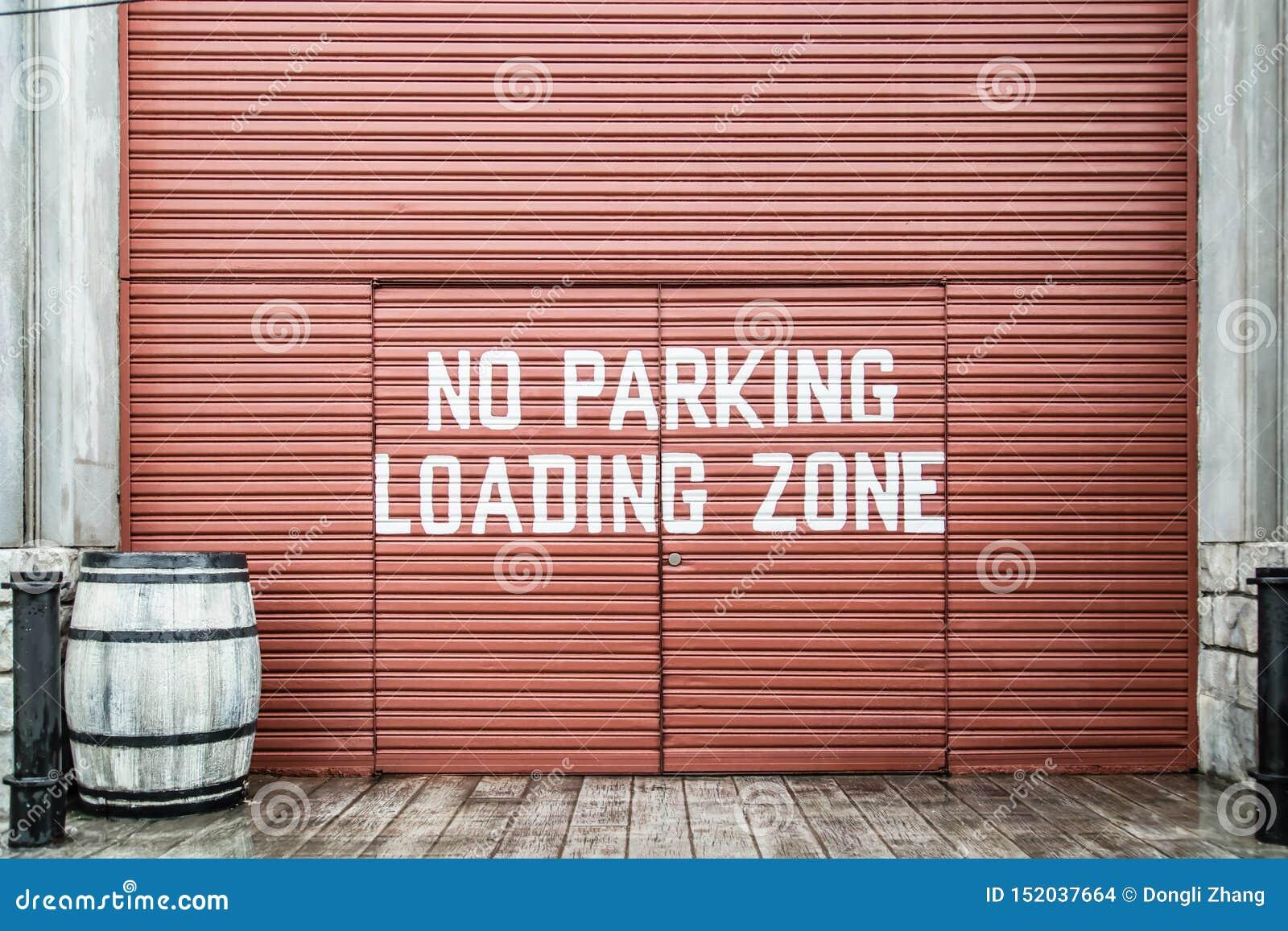 Parkverbot und Laden Signage auf Metalltor