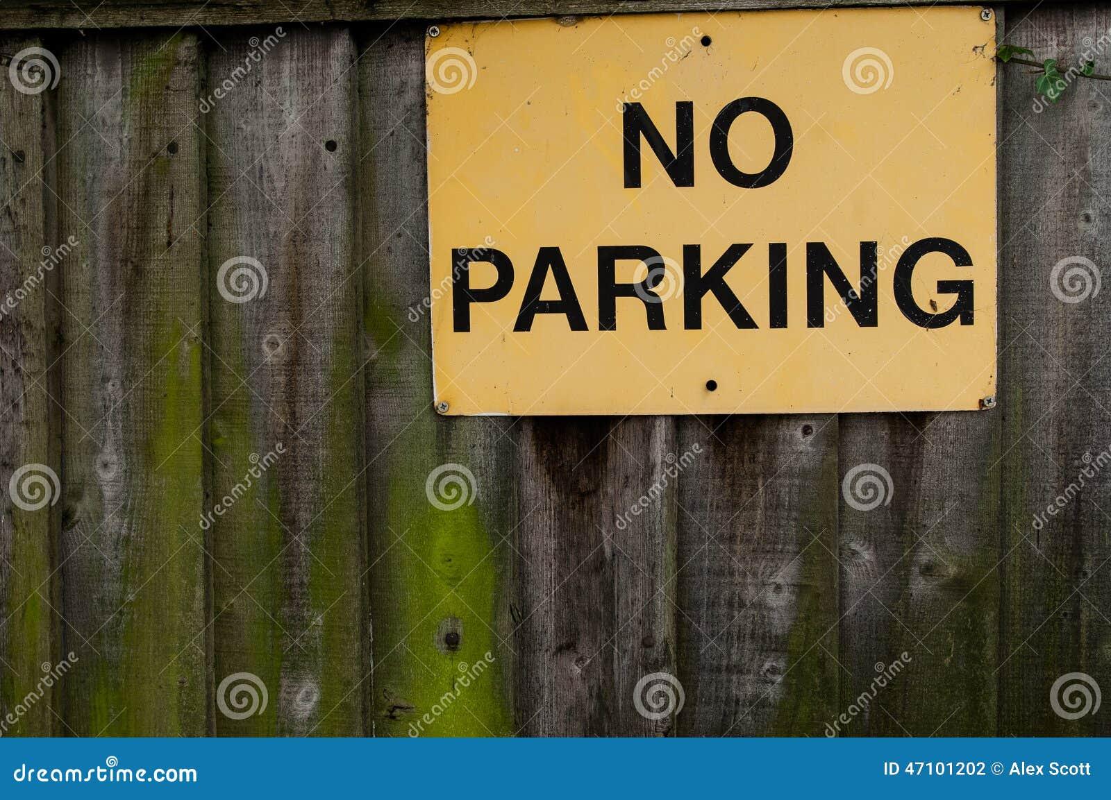 Parkverbotsschild auf Bretterzaun