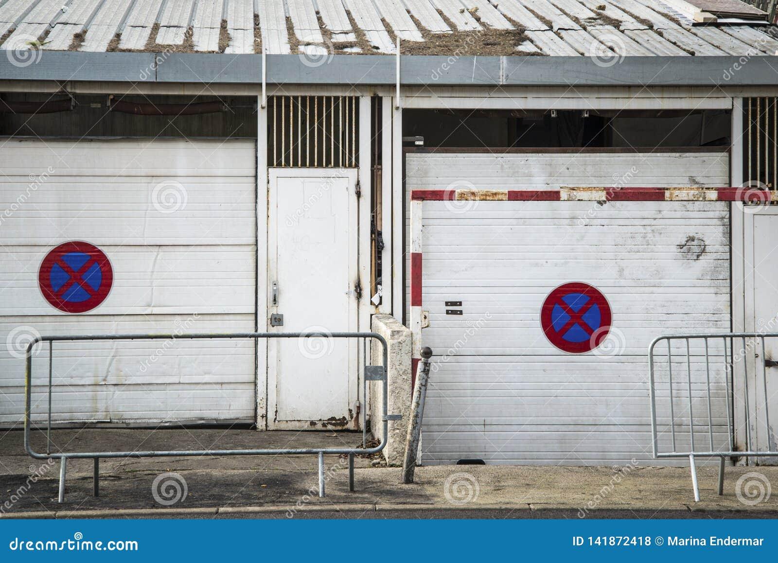 Parkverbotsschilder auf schäbigen Garagen, Montpellier, Frankreich