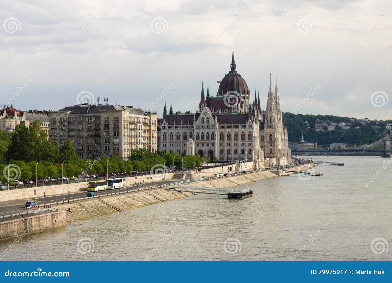 Parlament w Budapest z brzeg rzeki