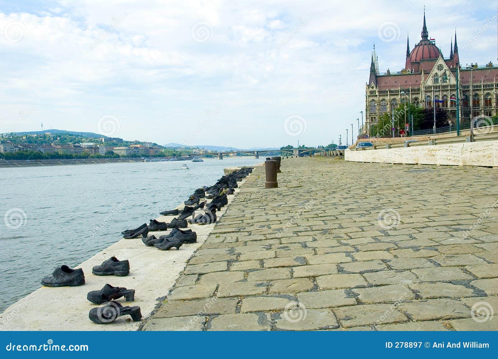 Parlementsgebouw in Boedapest en schoenen