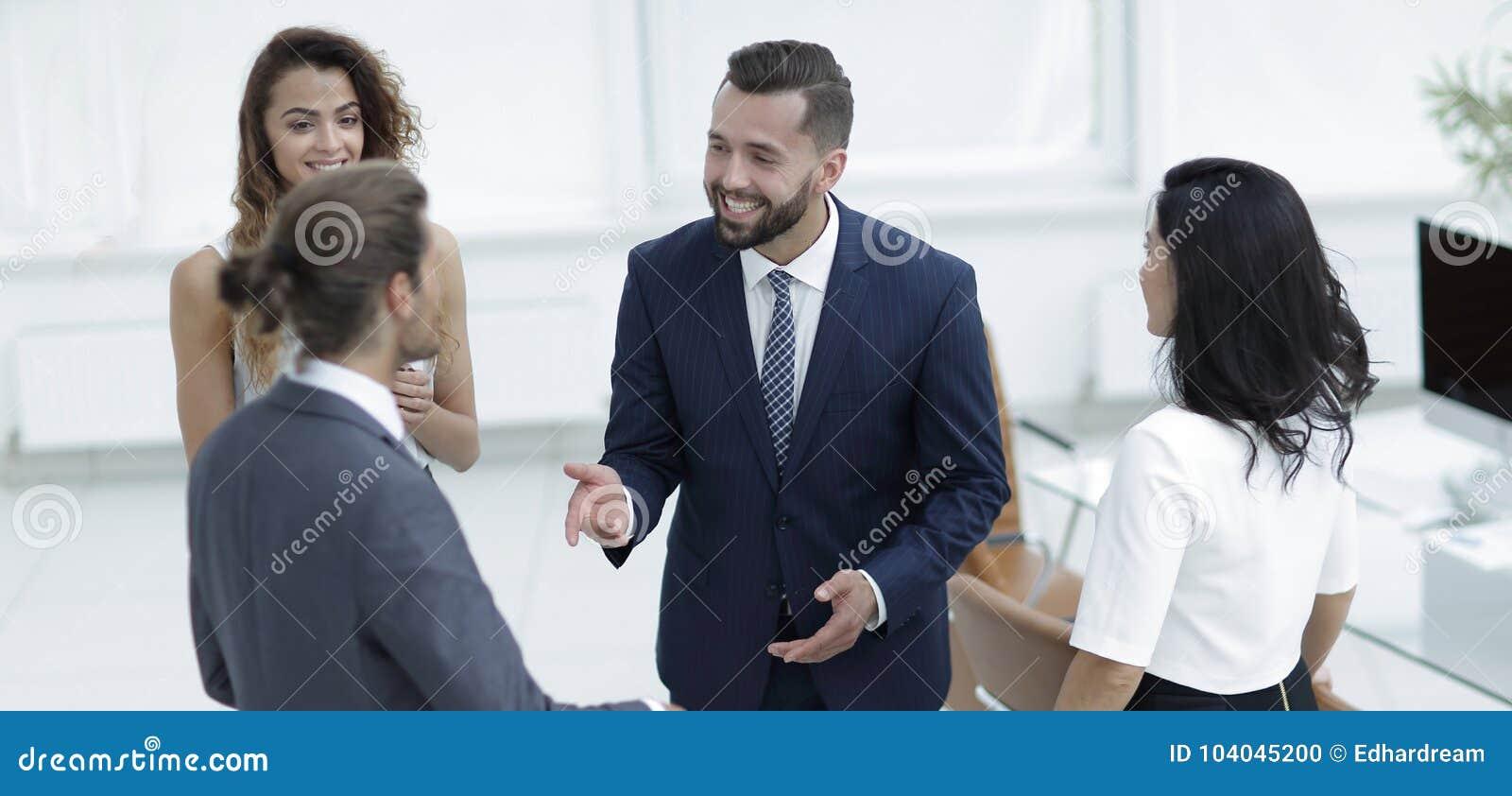 Parler d équipe d affaires, se tenant dans le bureau