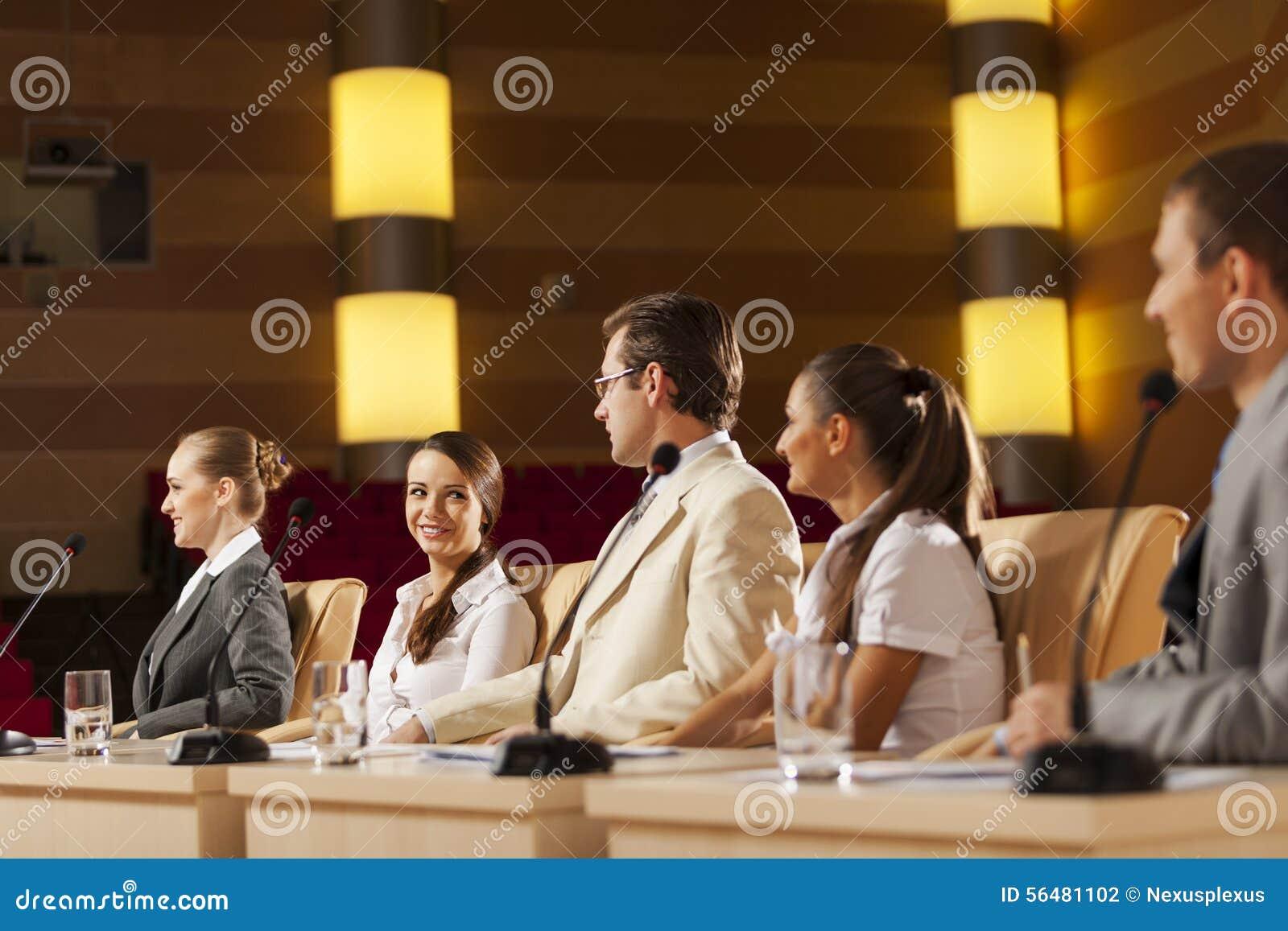 Parler de sourire de contact d ordinateur portatif de bureau de cmputer d homme d affaires d affaires à utiliser la femme