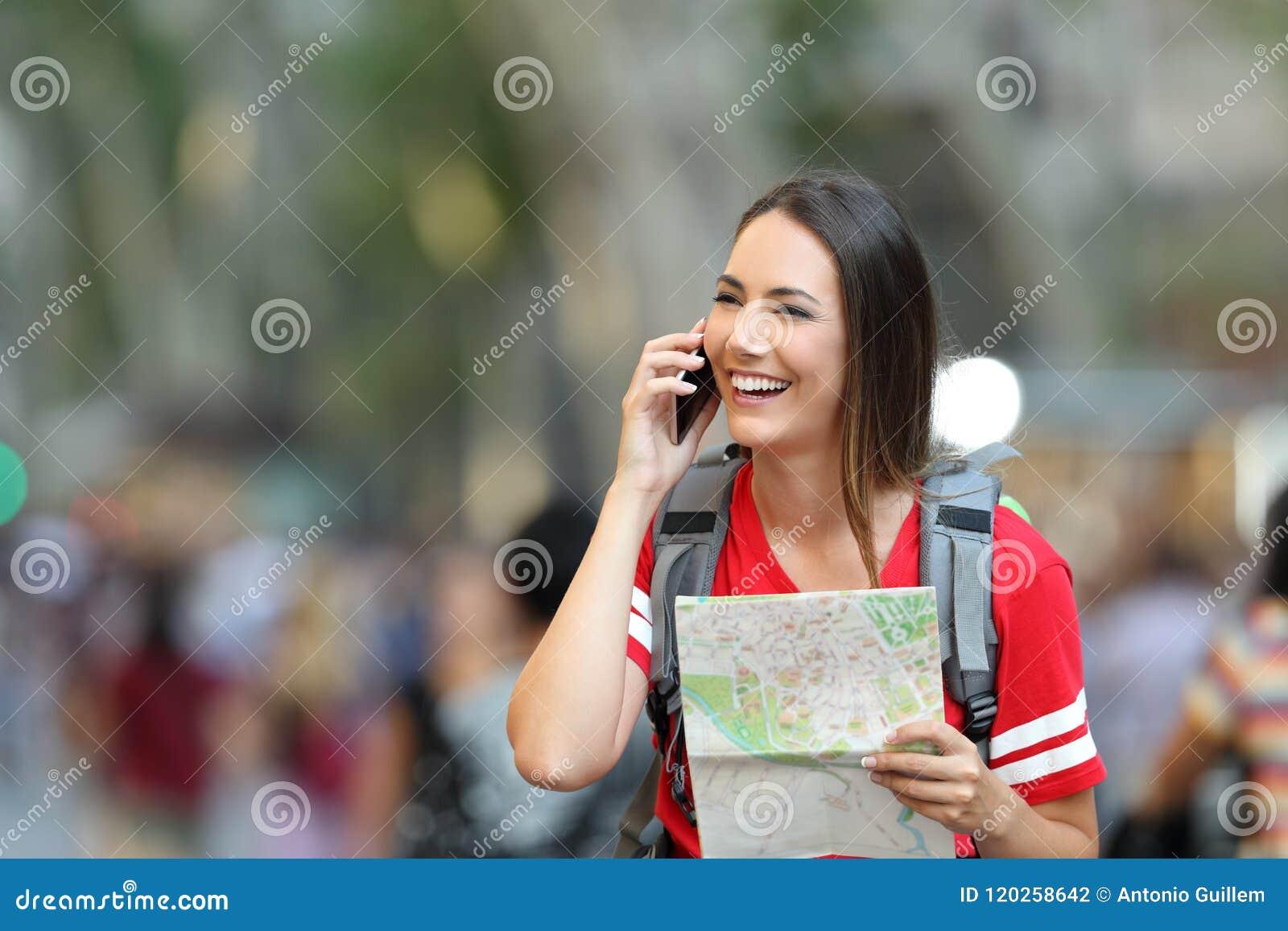 Parler de touristes adolescent au téléphone dans la rue