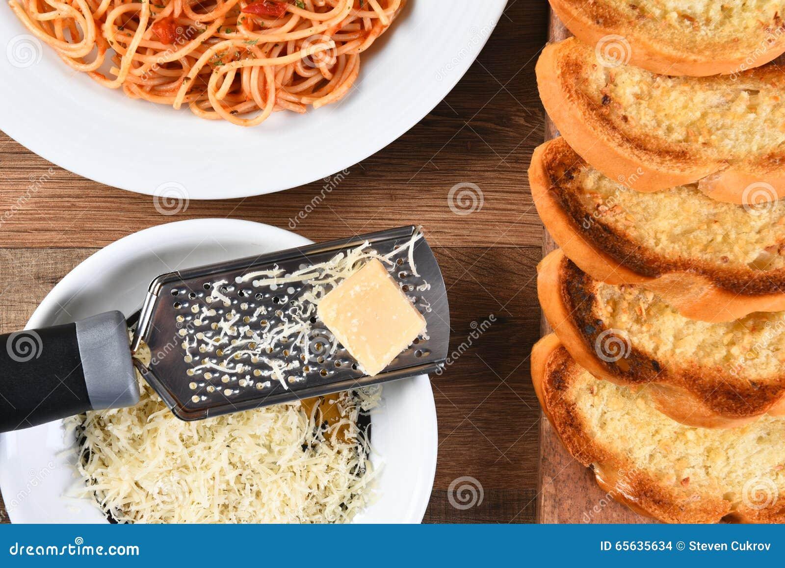 Parmesan de spaghetti de pain à l ail