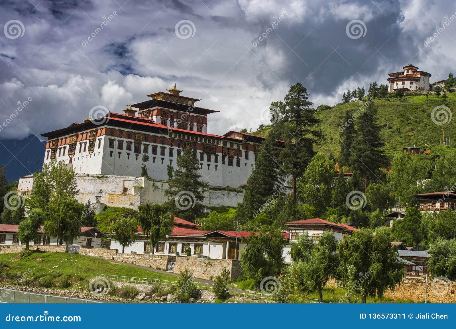 Paro Dzong Dzong z unosić się chmury i ta, Paro, Bhutan
