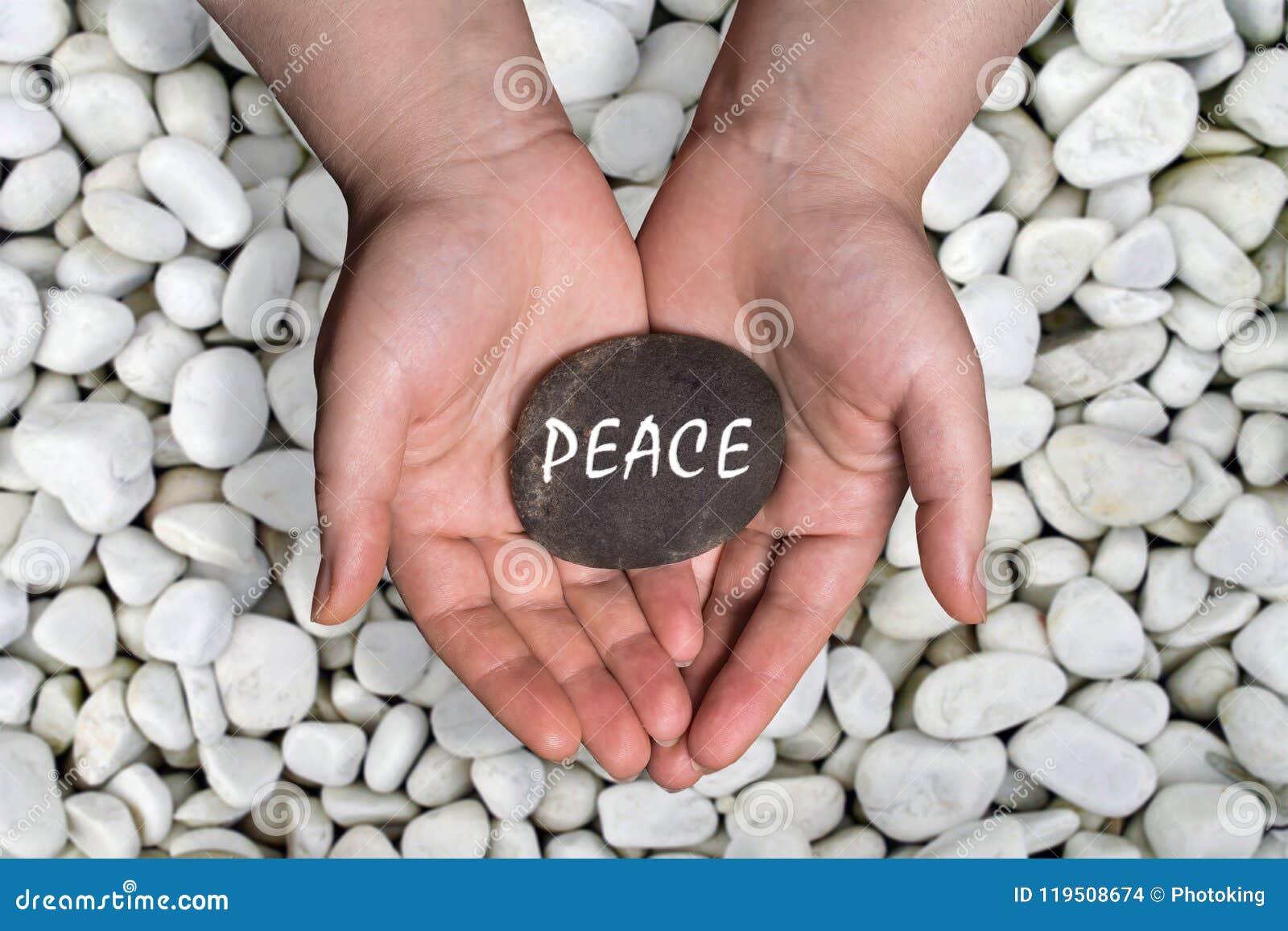 Parola di pace in pietra a disposizione