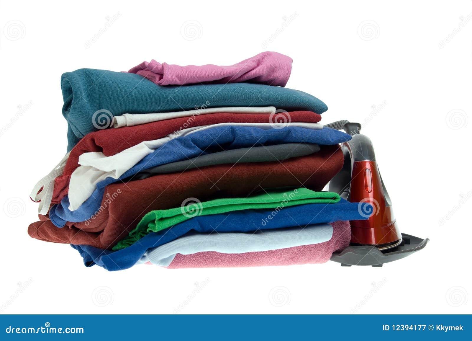 Parowego żelazo i sterty odosobnione koszula