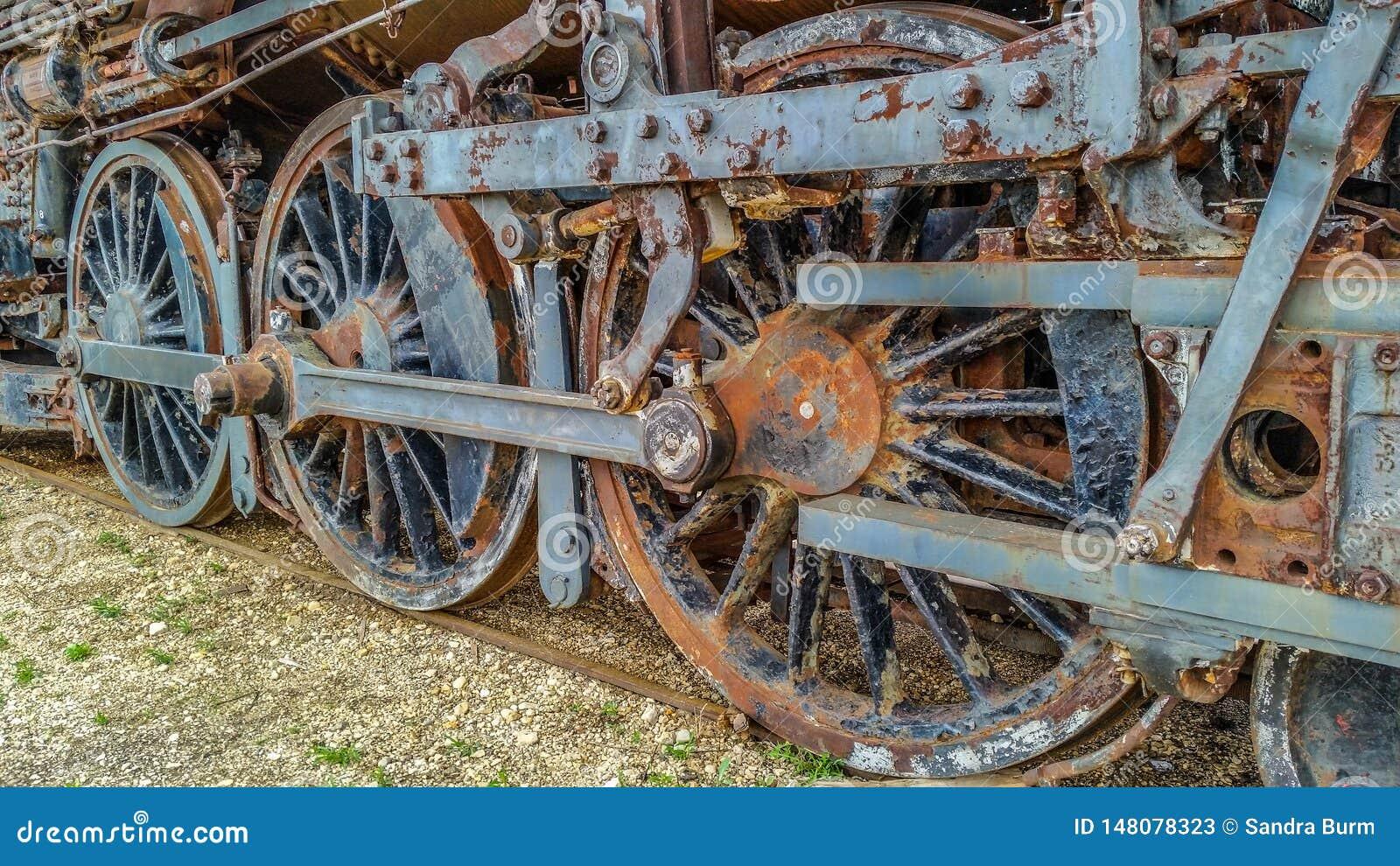 Parowej lokomotywy pociągu ośniedziali koła
