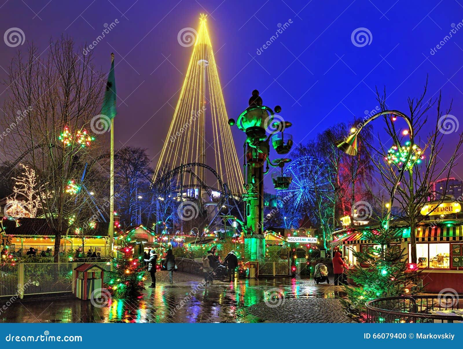 Parque de diversões de Liseberg com iluminação do Natal em Gothenburg, Suécia