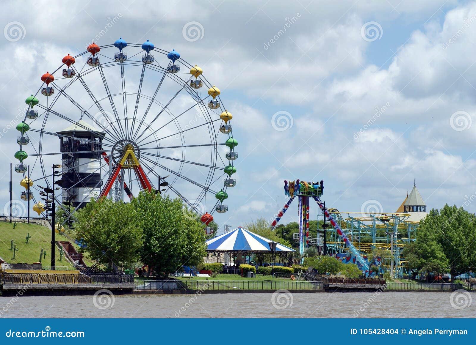 Parque de diversões no delta de Parana