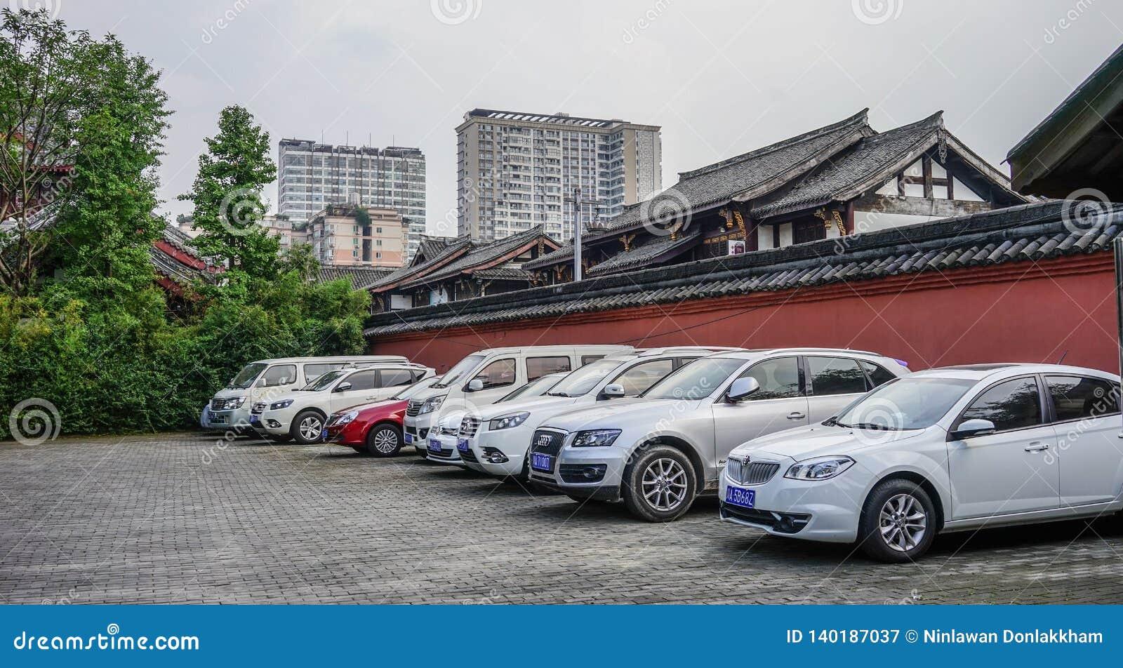 Parque de estacionamento do carro em Chengdu, China