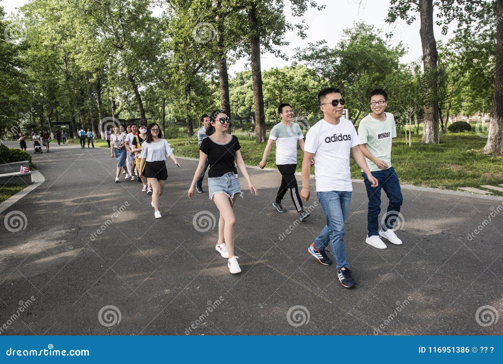 Parque del lago Xuanwu, grupo de estudiantes universitarios, cambiando el vídeo de la formación
