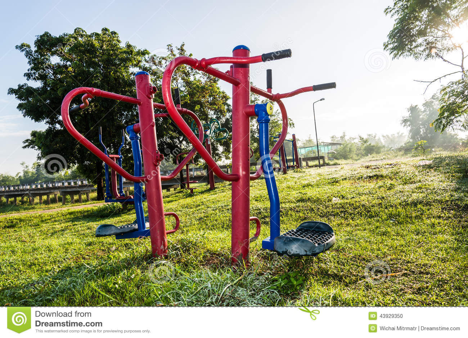 Parque do equipamento do exercício em público no nascer do sol