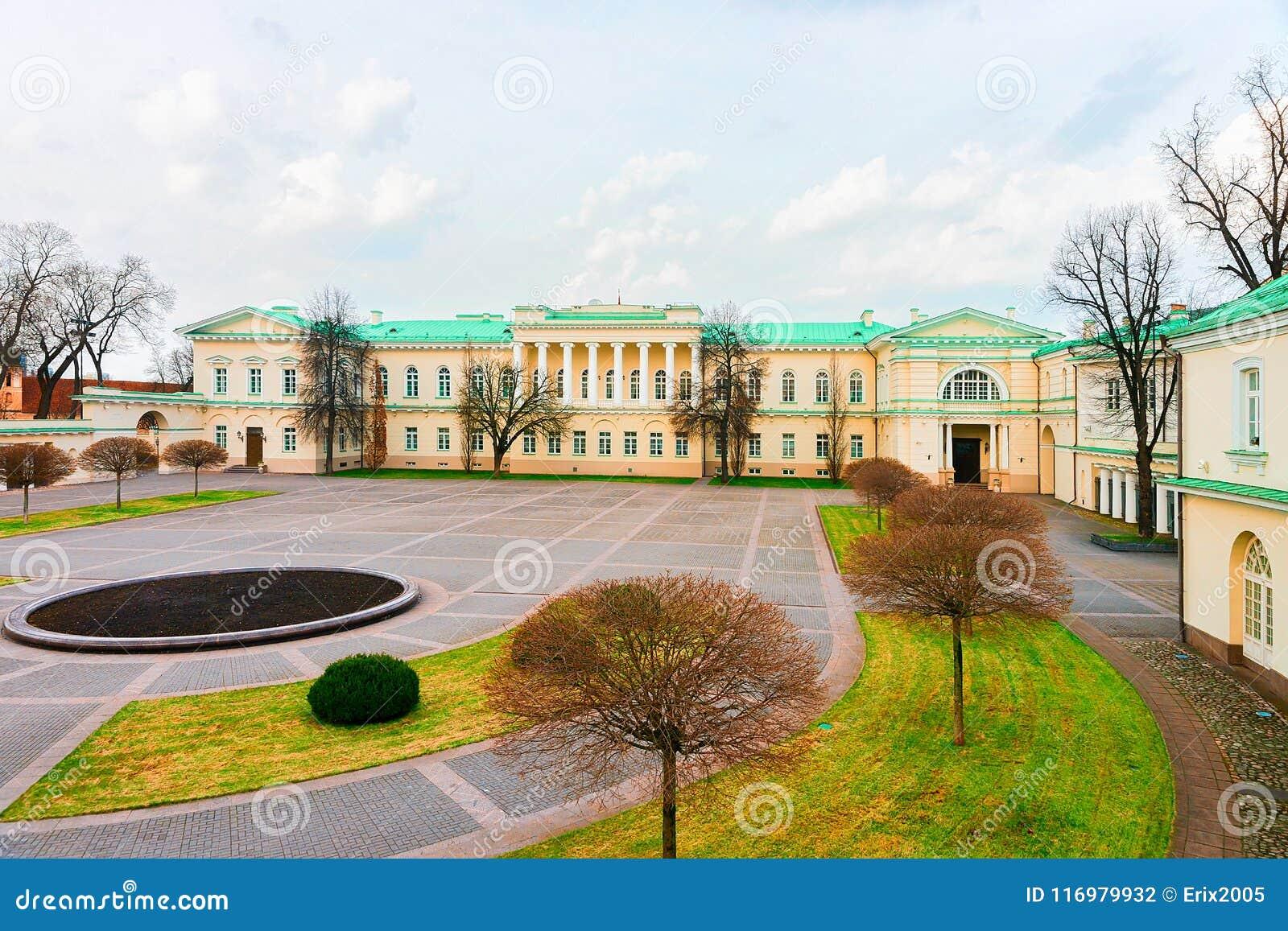 Parque en el palacio presidencial en el viejo centro de ciudad Vilna Lituania
