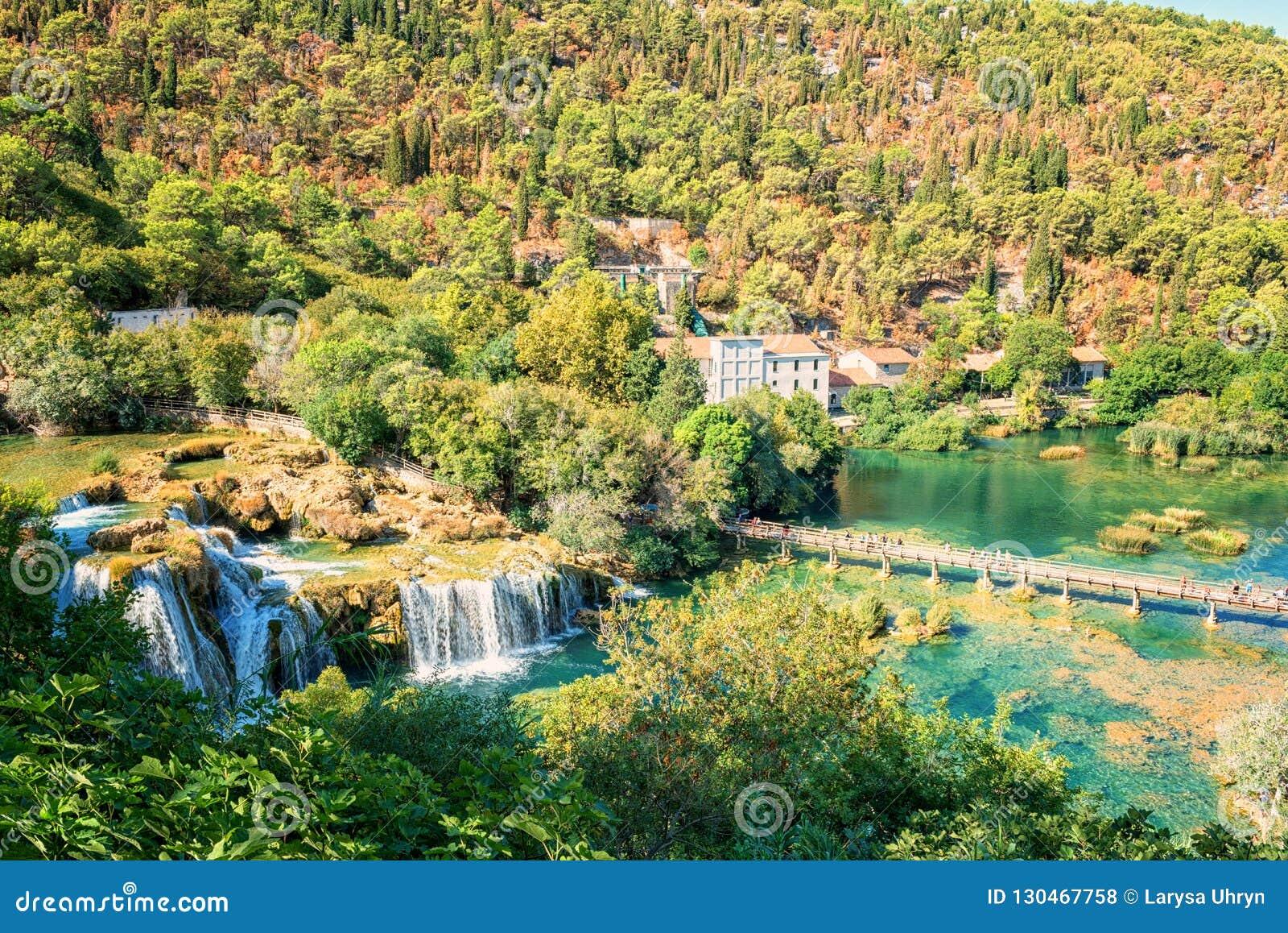 Parque nacional de Krka, paisaje de la naturaleza, vista del buk de Skradinski de la cascada y río Krka, Croacia