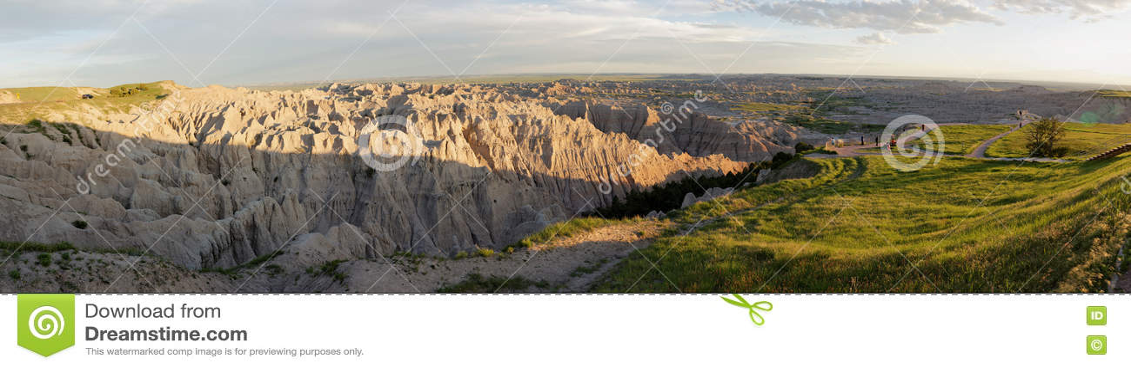 Parque nacional de los Badlands - los pináculos pasan por alto en la puesta del sol