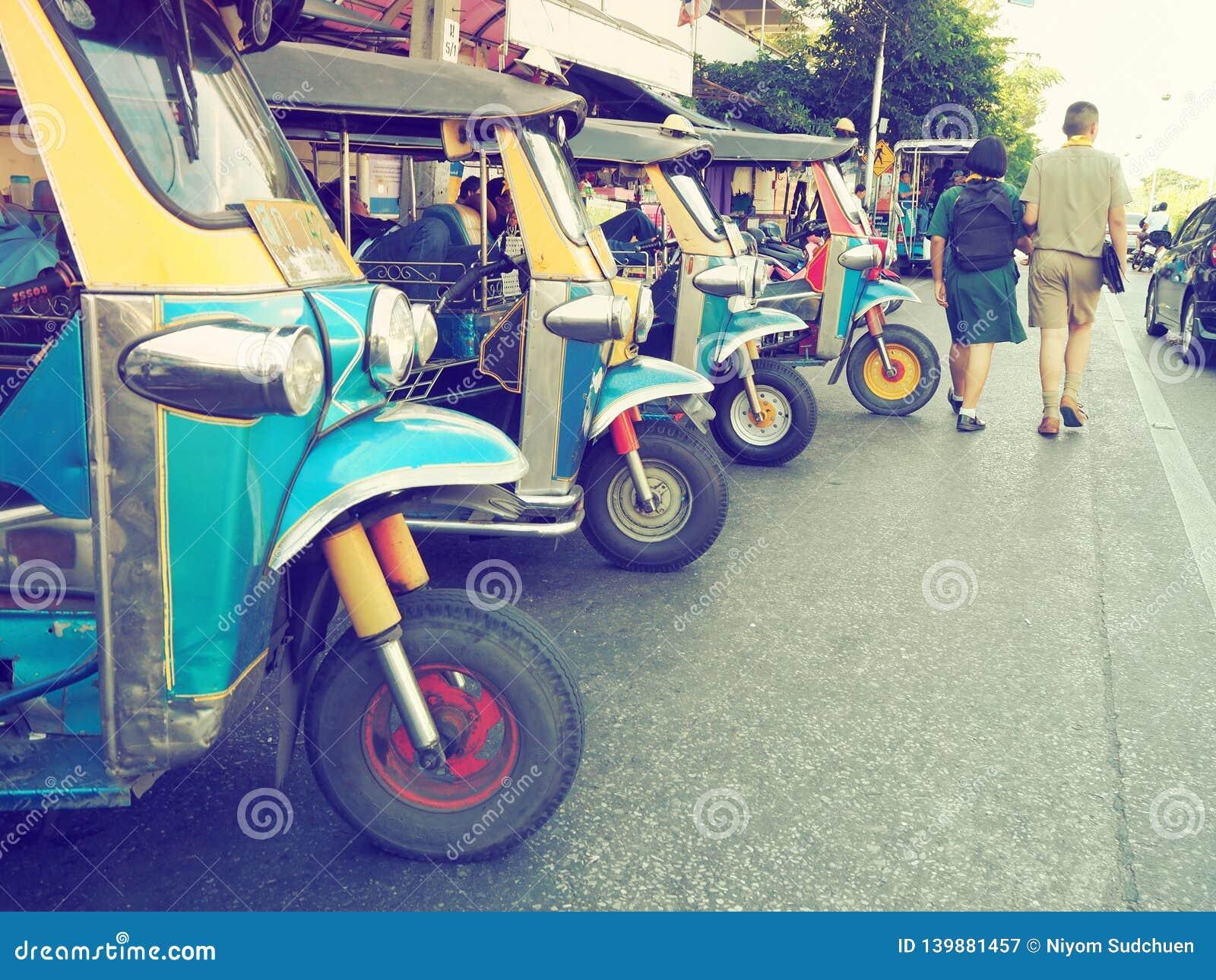 Parque nativo 'do tuk-tuk 'da chamada do táxi de Tailândia na fileira que espera um passageiro do turista