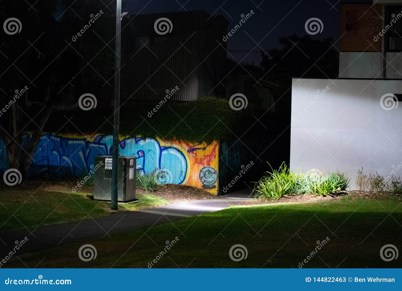 Parque urbano en la noche