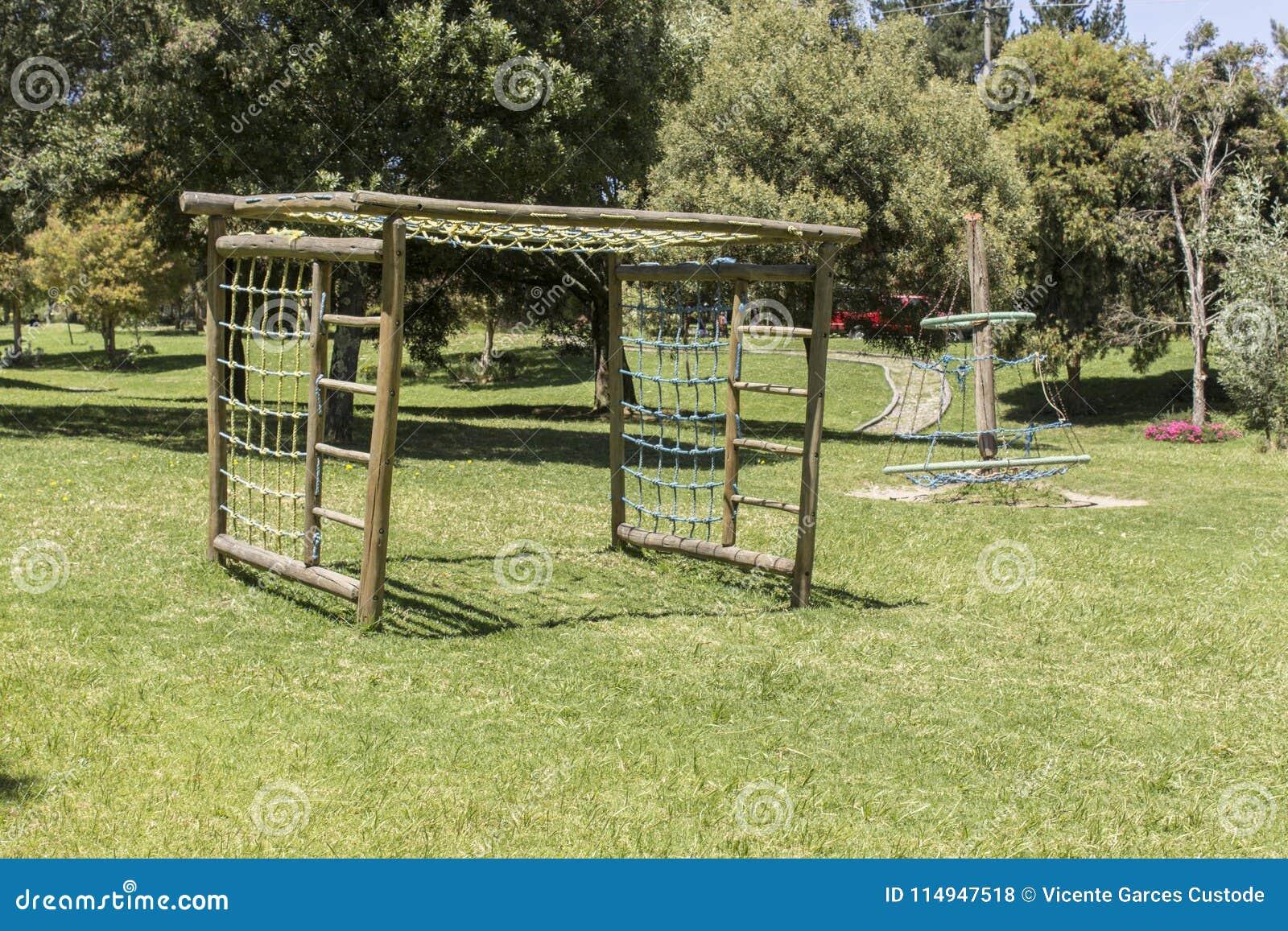 Parquee Los Juegos Para Los Ninos Hechos De La Madera En Un Parque