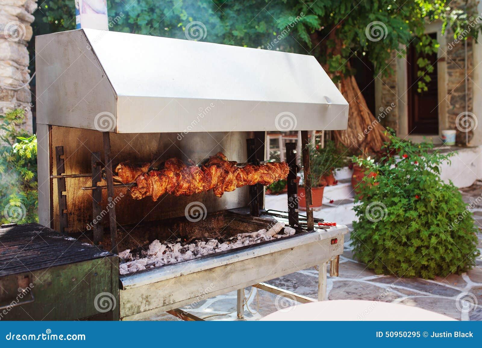 Parrilla al aire libre con la carne en la isla de naxos for Modelos de cocinas al aire libre