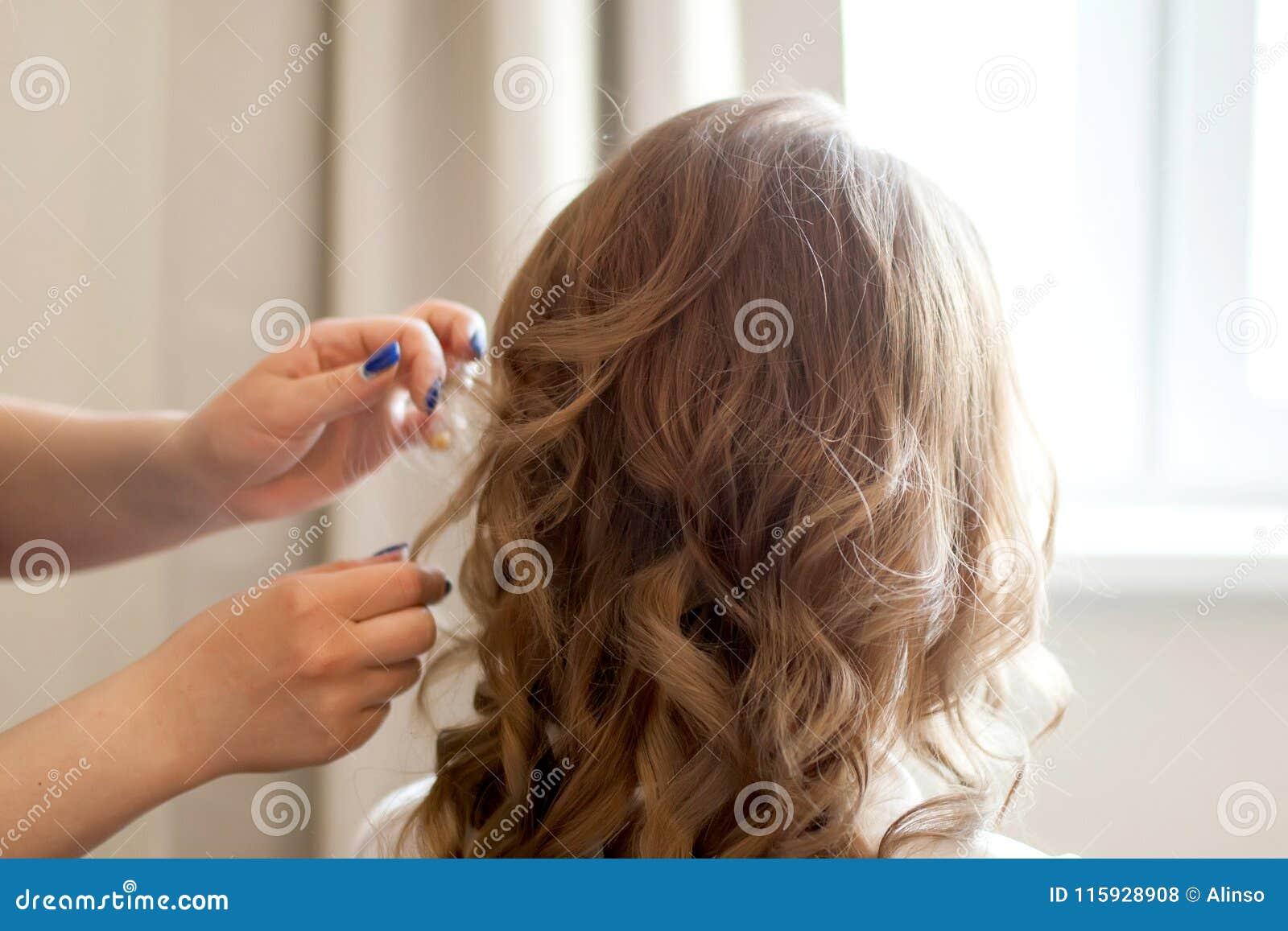 Parrucchiere che fa taglio di capelli riccio, salone di bellezza