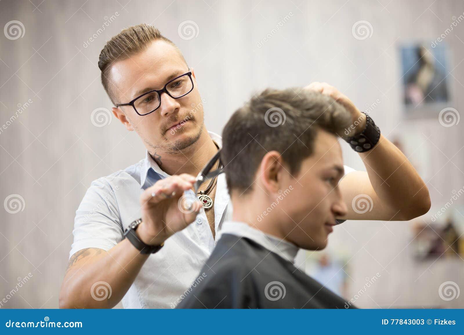 Parrucchiere maschio che fa taglio di capelli
