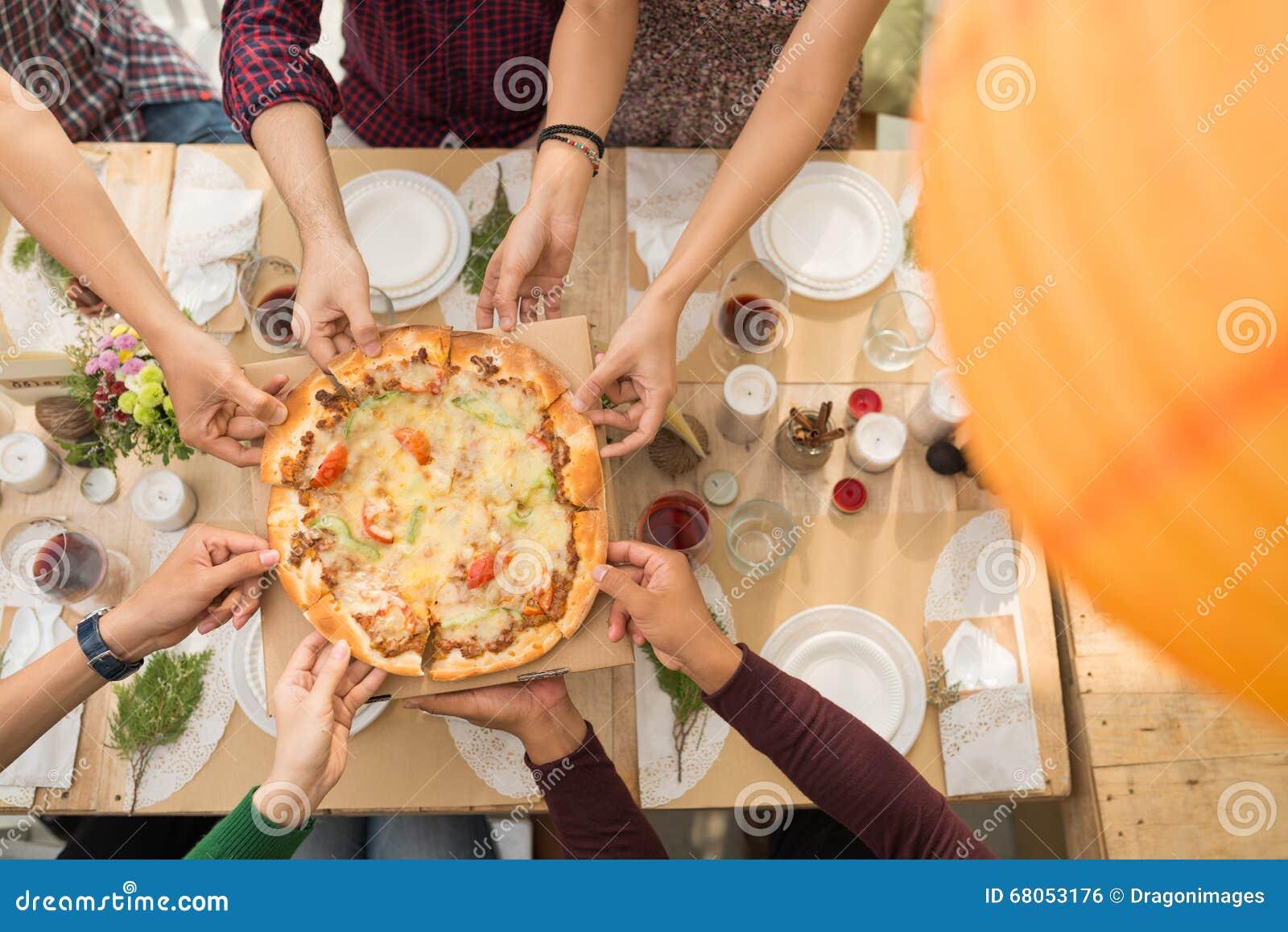 partager la pizza photo stock image du casse amis c l bration 68053176. Black Bedroom Furniture Sets. Home Design Ideas