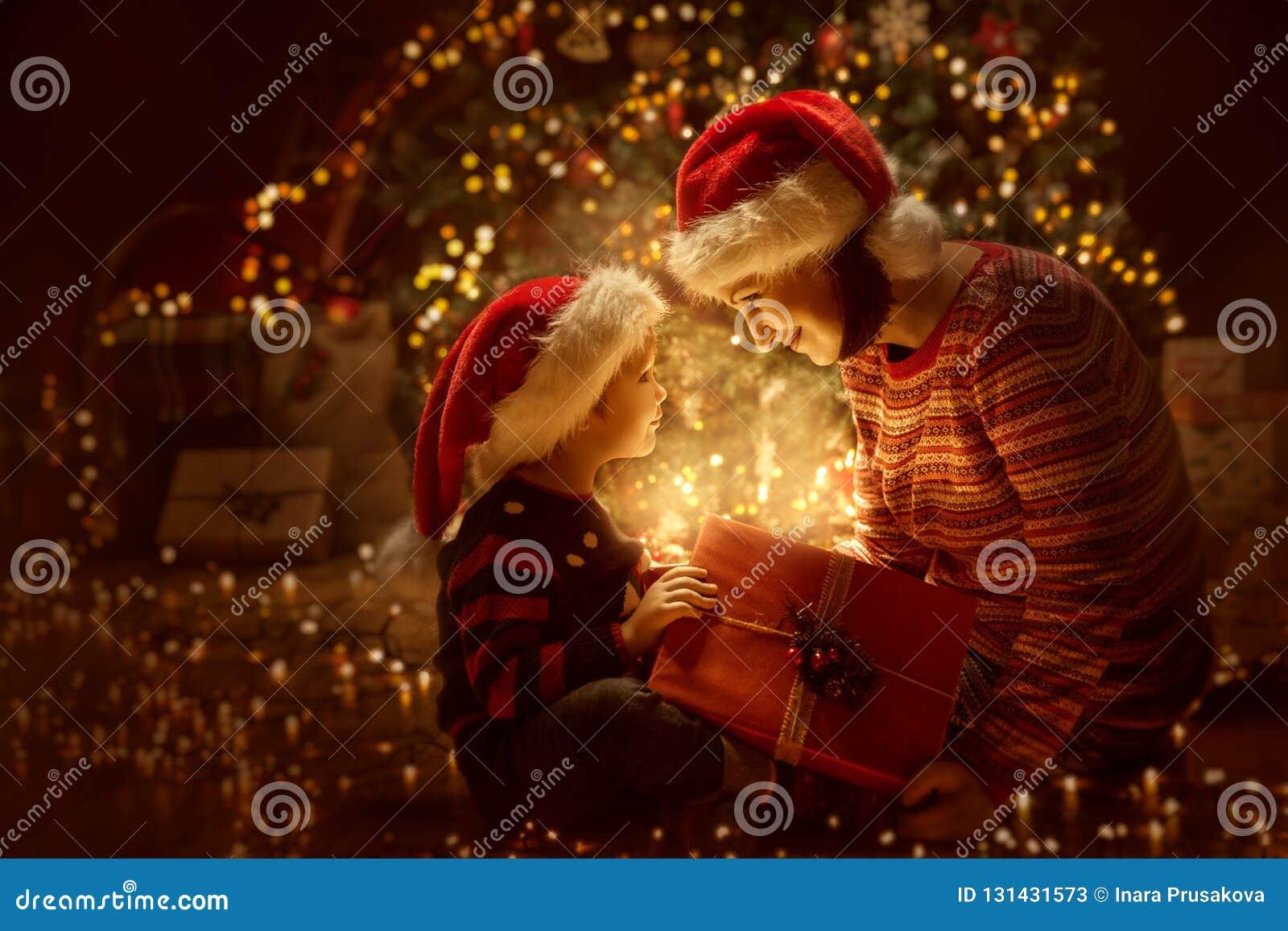 Parte anteriore attuale aperta del contenitore di regalo di illuminazione di Natale della famiglia dell albero di natale, madre f