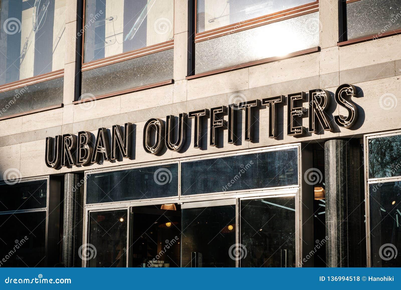 Parte anteriore del negozio del negozio di vestiti di Urban Outfitters a Berlino