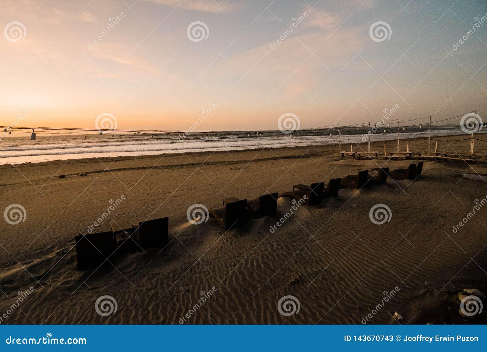 Parte anteriore della spiaggia alla località di soggiorno