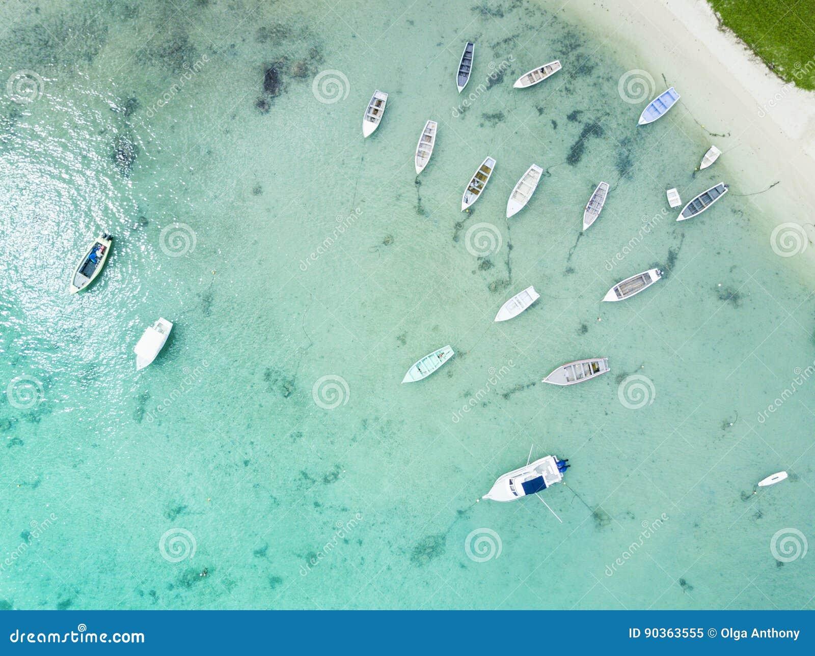 Parte anteriore della spiaggia di vista aerea con i pescherecci