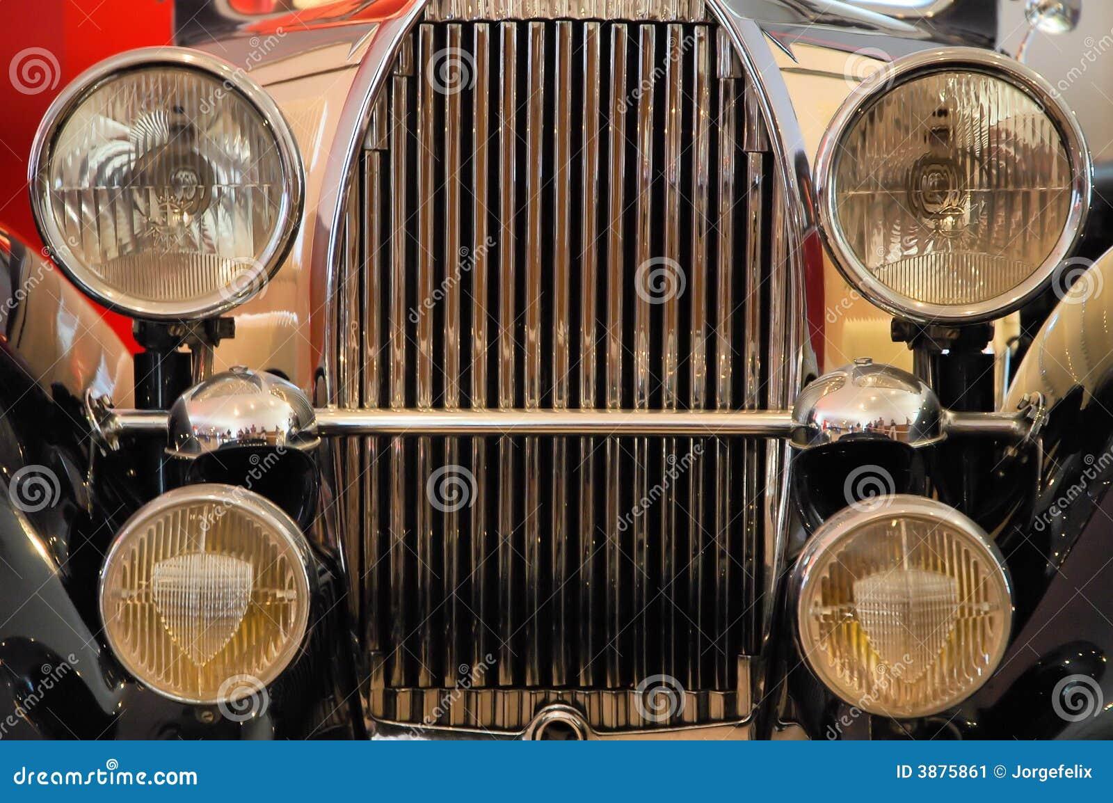 Parte anteriore di vecchia automobile di lusso