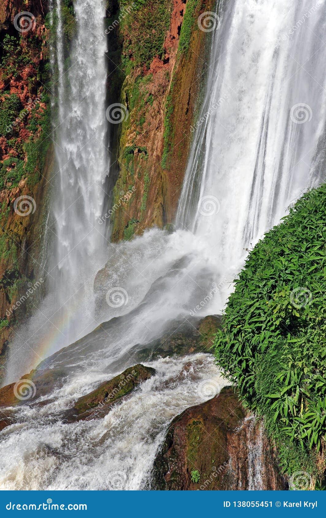 Parte da cachoeira da cascata D Ouzoud com arco-íris UNESCO marrocos