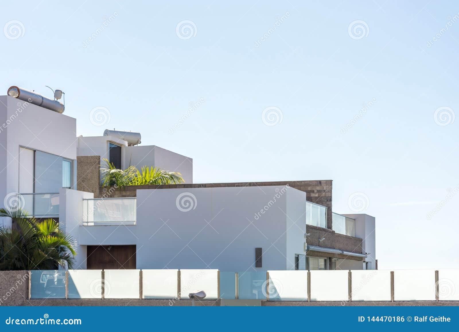 Parte de uma casa ideal luxuoso em um projeto moderno contra um céu azul