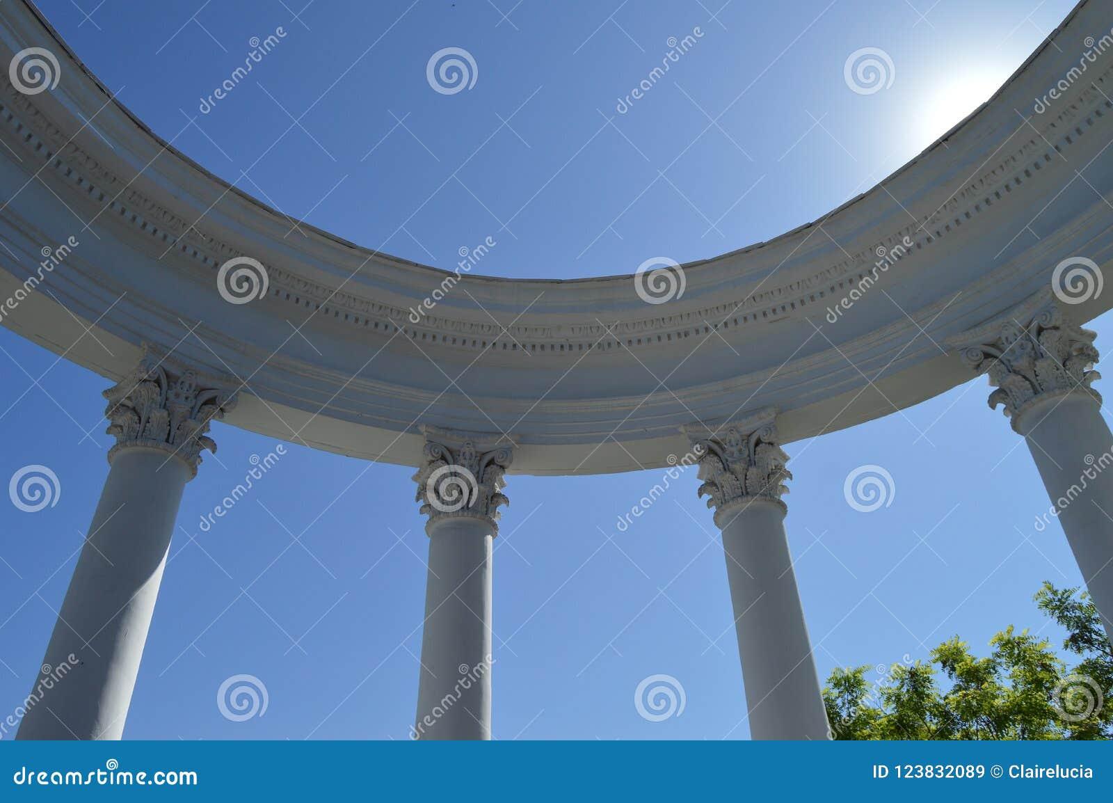 Parte de un blanco de la Rotonda con las columnas contra un cielo azul en un día soleado