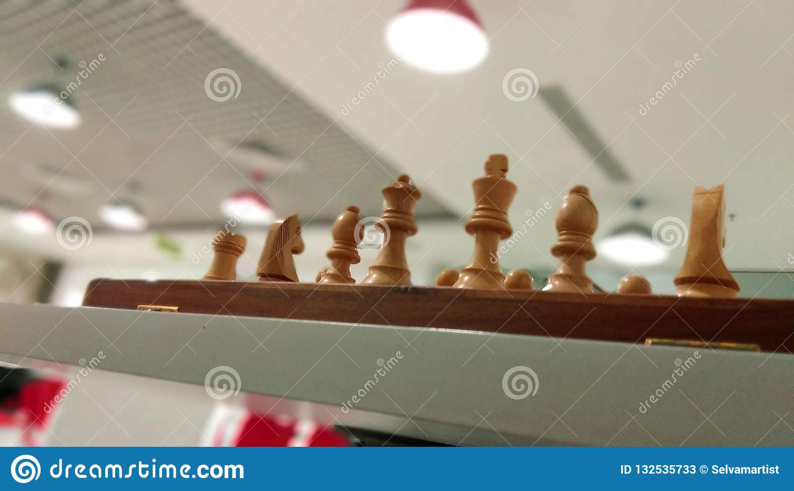 Parte de xadrez de madeira na placa de xadrez pronta para jogar