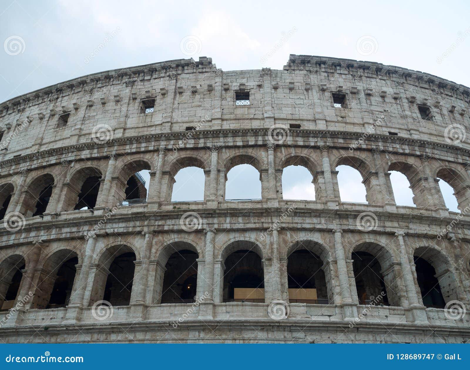 Parte della facciata del Colosseum e del cielo