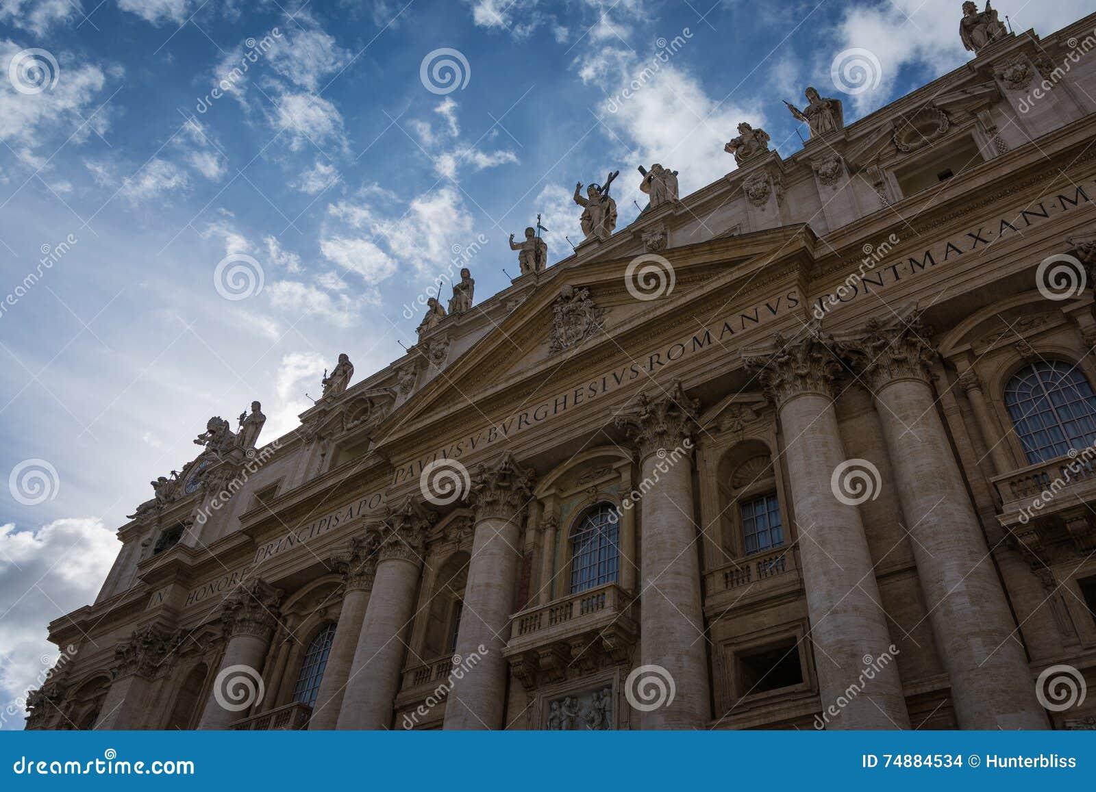Parte dianteira bonita impressionante elevada da igreja Roma Italy_ do Vaticano