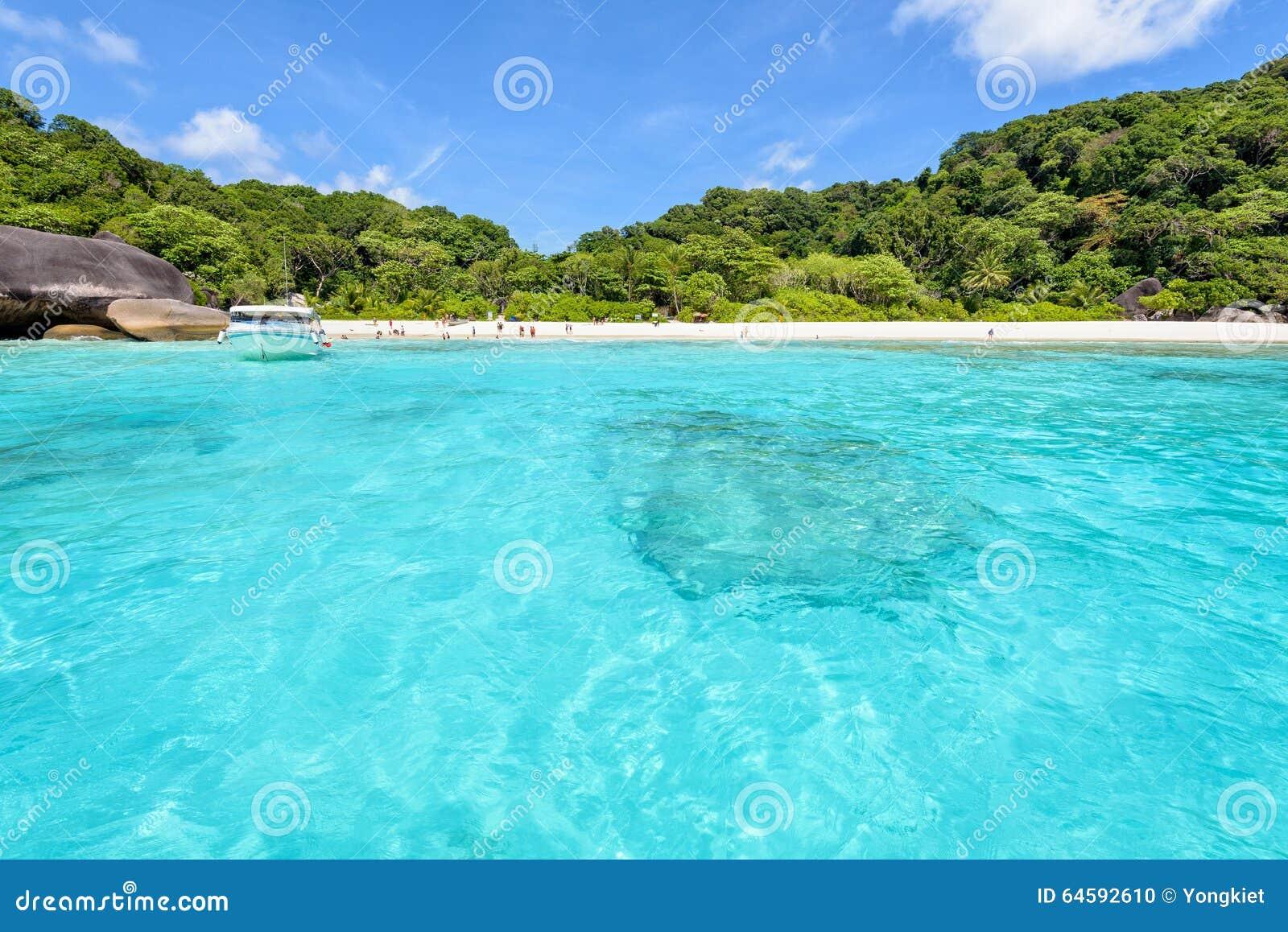 Parte dianteira da praia da baía nas ilhas de Similan em Tailândia
