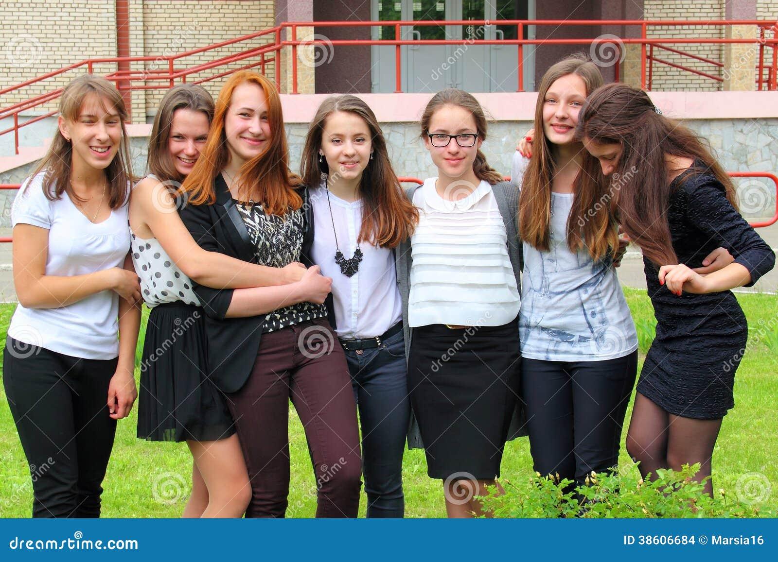 Parte dianteira de sorriso dos adolescentes da escola