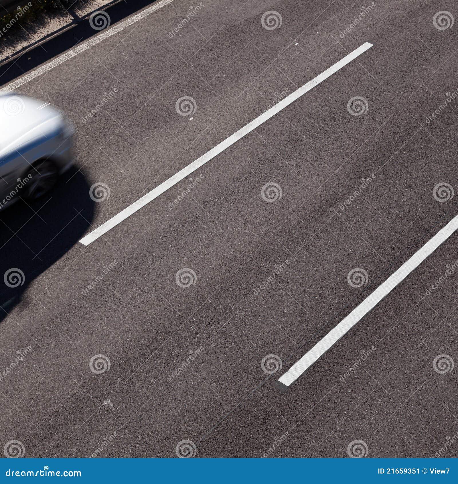 Parte dianteira do carro de motor na estrada