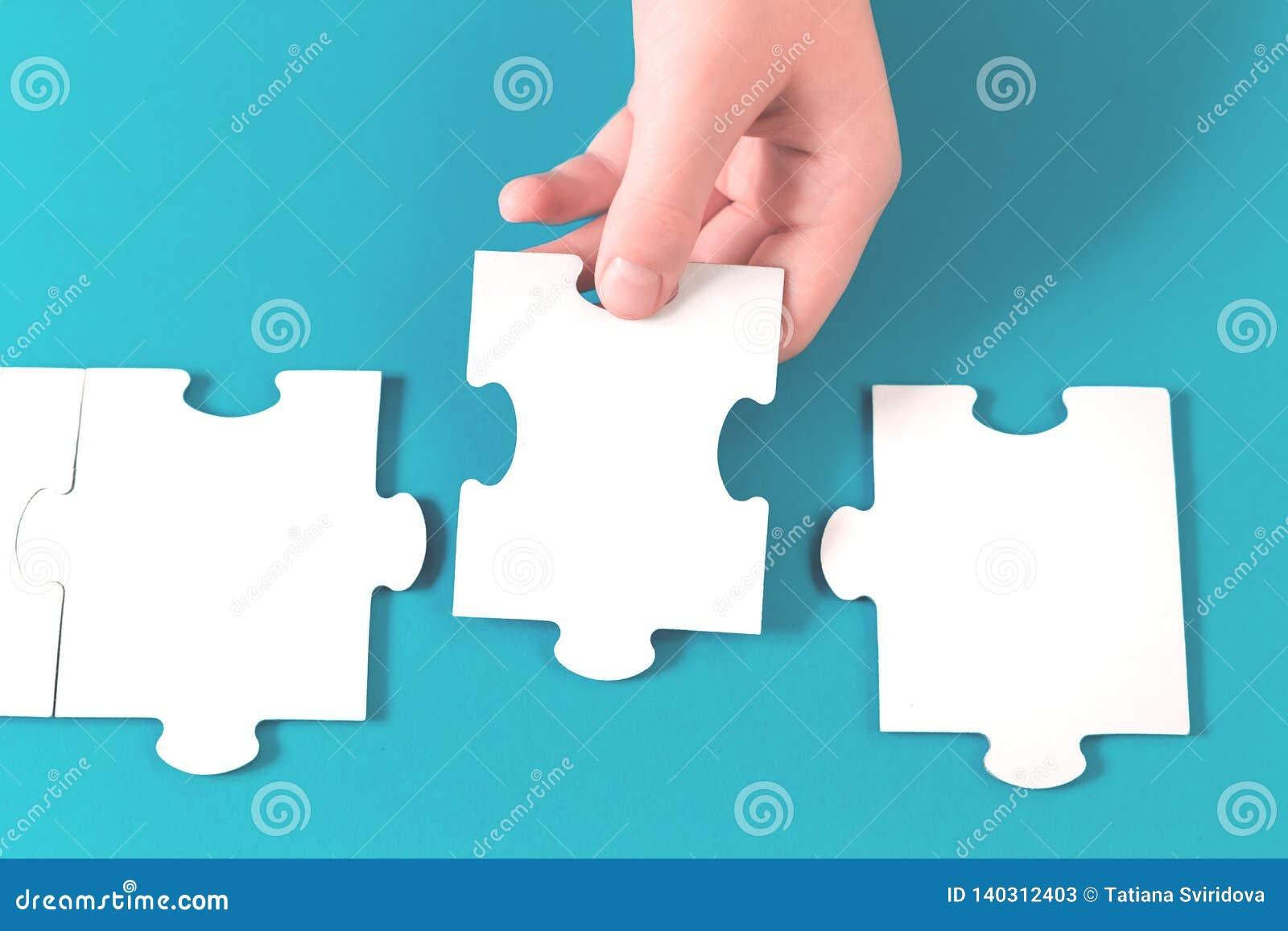 Parte do enigma de serra de vaivém em uma mão