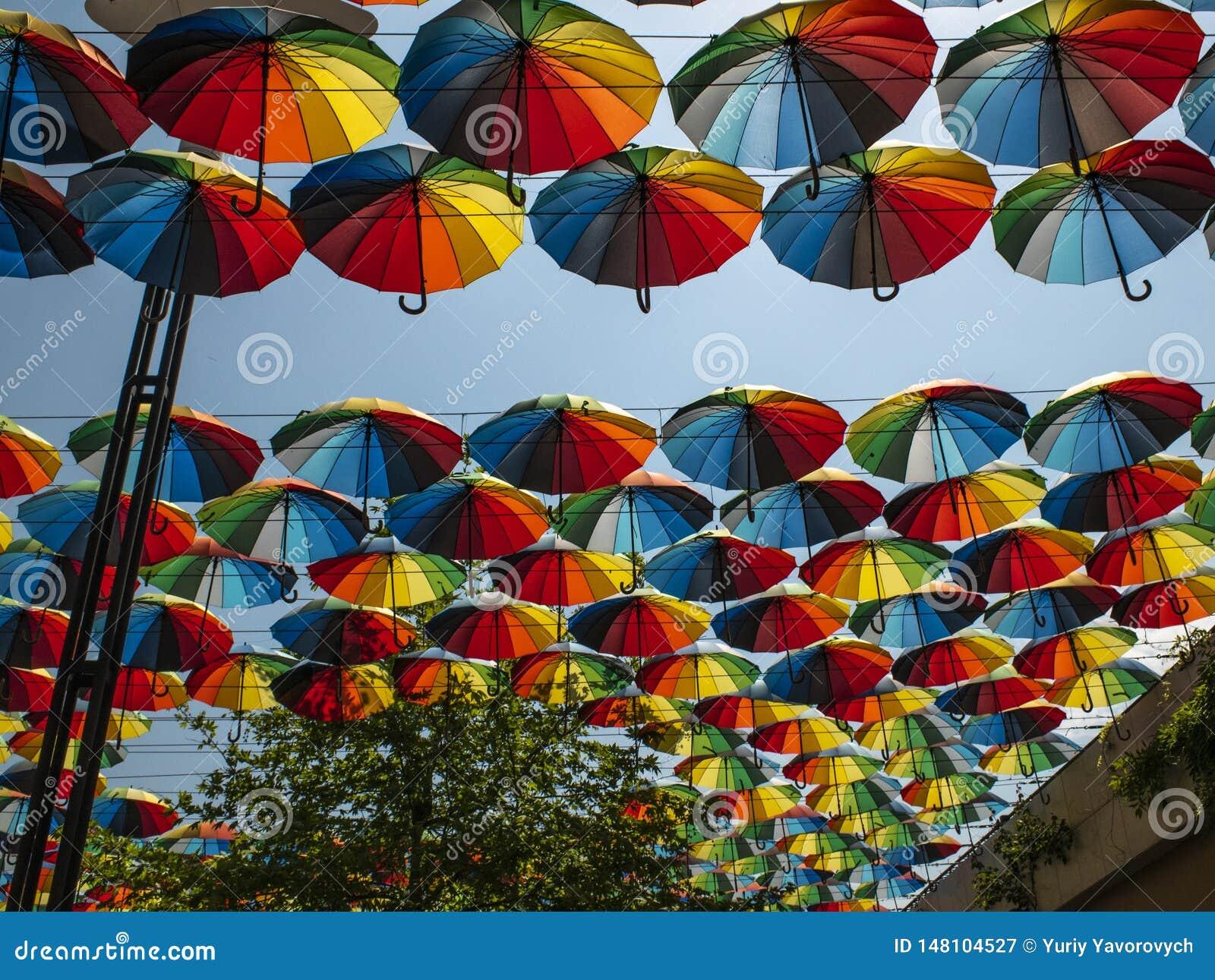 Parte externa colorida dos guarda-chuvas como a decora??o guarda-chuvas de cores diferentes contra o c?u e o sol