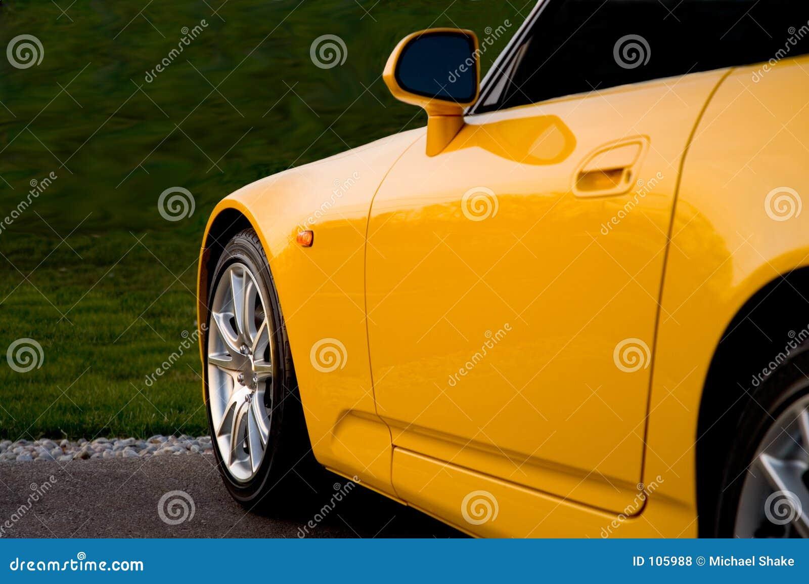 Parte frontal de um Sportscar amarelo