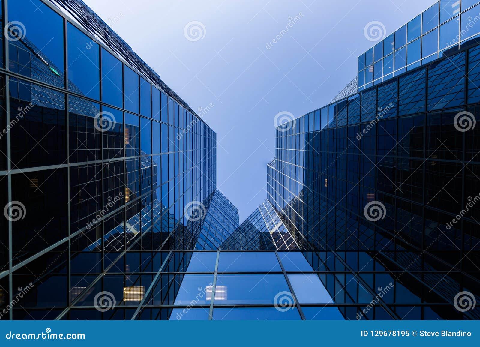 Parte inferior del rascacielos encima de la visión