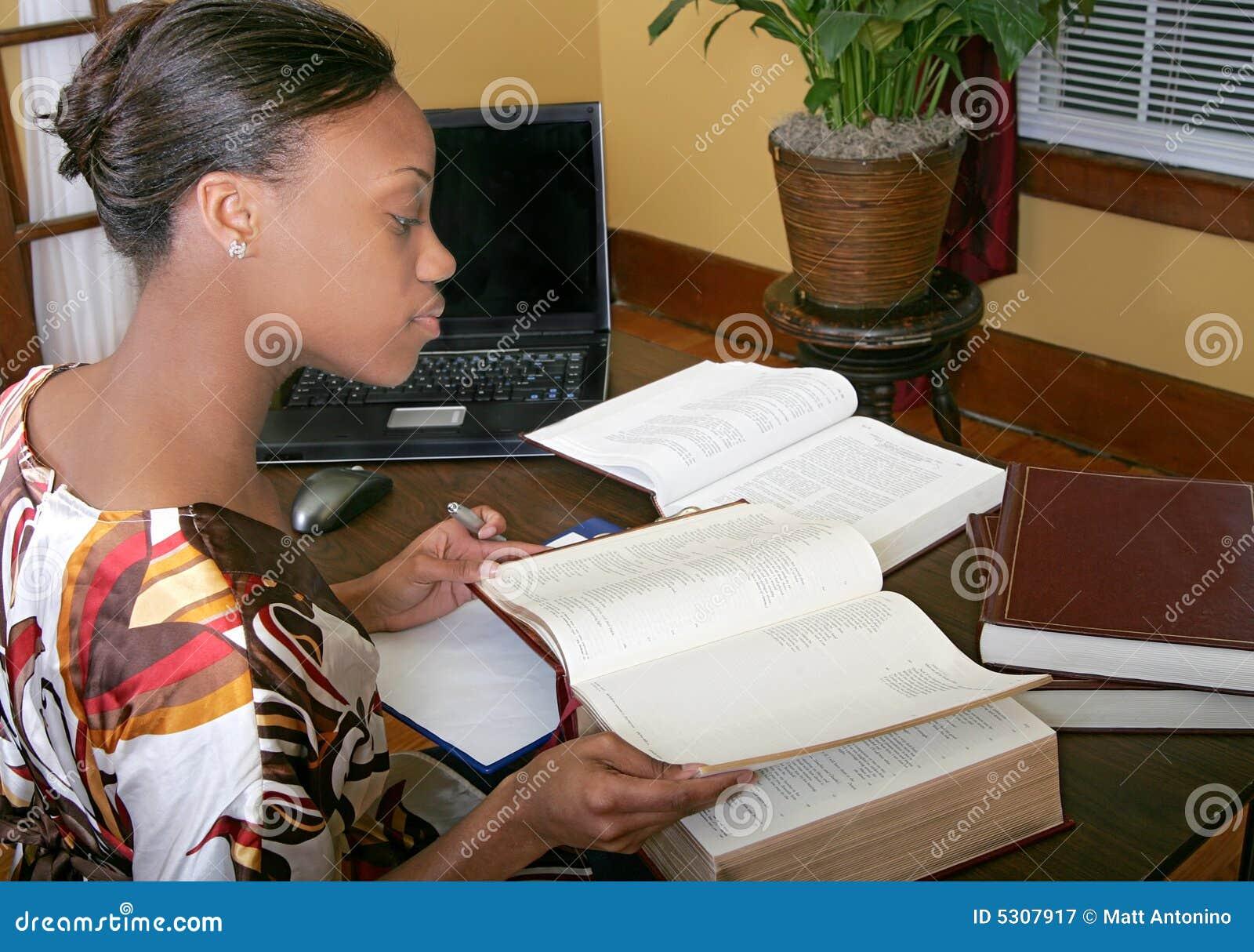 Download Parte Posteriore Di Funzionamento Della Donna Di Affari Immagine Stock - Immagine di ufficio, studio: 5307917